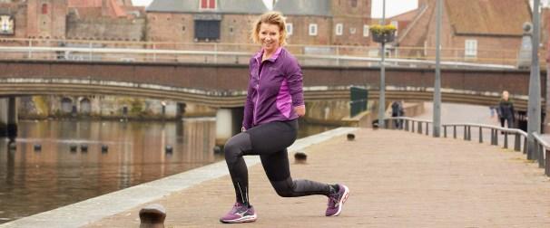 Vrouw doet oefeningen buiten