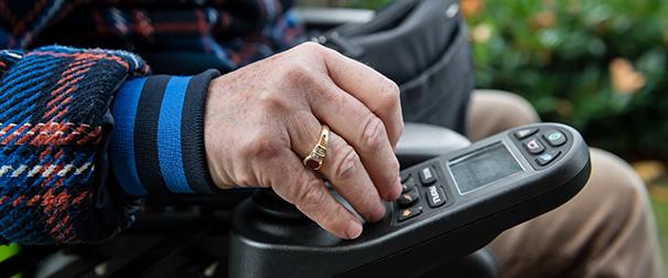 Marieke in haar elektrische rolstoel