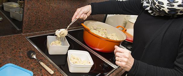 Margreet kookt voor moeder